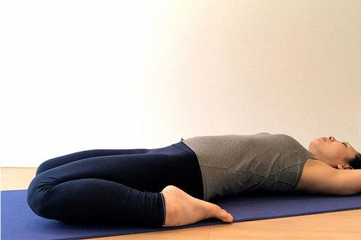 仰向けの英雄座ポーズは、消化器官の不調を改善・活性化、脚の疲労・むくみ改善、リラックス効果などがある