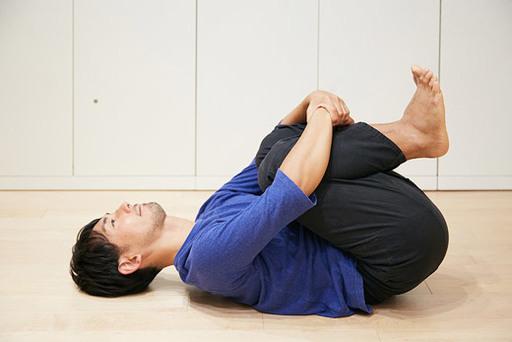 両膝を抱える。これでおなかにたまったガス抜きができ、整腸作用効果がある。