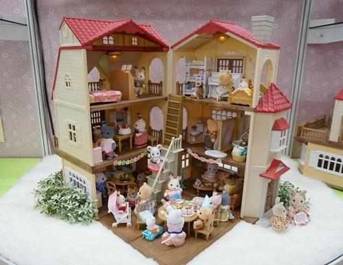最近はお家を重ねて使うなどカスタマイズできるものが人気だとか。筆者が昔遊んでいたころよりも大きくなっていて驚いた。※「シルバニアファミリー 赤い屋根の大きなお家」(7,980円/エポック社)他