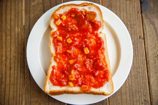 ピザソース(ケチャップ)はたっぷり塗る。食パンは山食でも角食でもOK