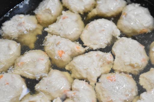 鍋に鶏ひき肉を一口程度に絞り出す。鶏肉が浮いてきたら、しめじを加えて2分程度加熱
