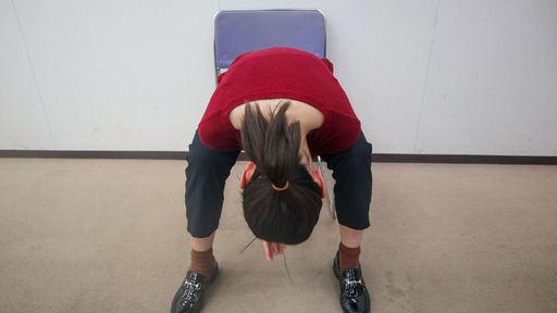 両膝で肩を挟めるくらいに体を前に倒す