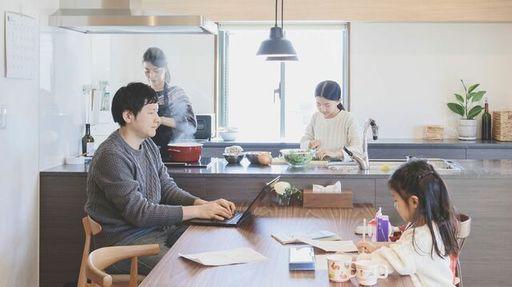 生活音が混じりあい打ち合わせに支障が出るなど、在宅リモートワークも楽ではありません(kohei_hara/iStock)