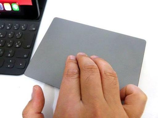 操作性がいいのは、アップル製のMagic Trackpad 2だ(筆者撮影)