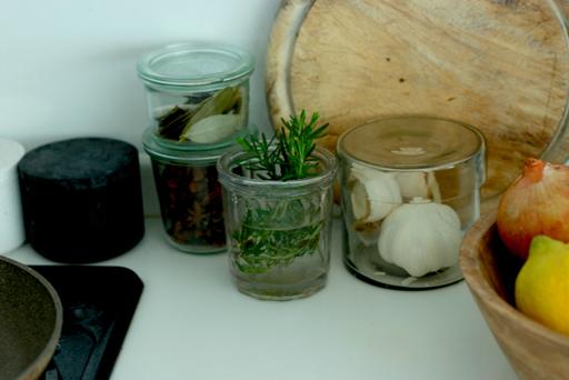 水を入れたコップや瓶にハーブを挿せば、キッチンがおしゃれな雰囲気に