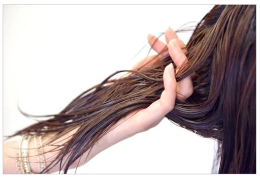 頭皮や毛髪にしっかりオイルをつけることで汚れを浮き上がらせるのがポイント