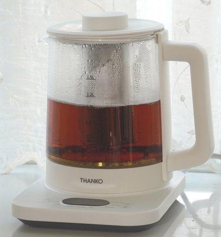 茶こし付きで一度にたくさん抽出できるサンコーの「煮出し&温度調整ができる電気ティーポット」(筆者撮影)