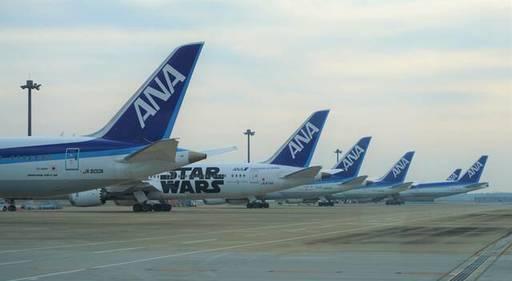 成田空港には旅客を運ぶ機会の減った機材がずらりと並ぶ(記者撮影)