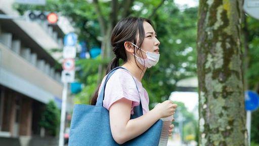 マスクを着けたままで猛暑の中を過ごす際には注意しましょう(写真:Ushico/PIXTA)
