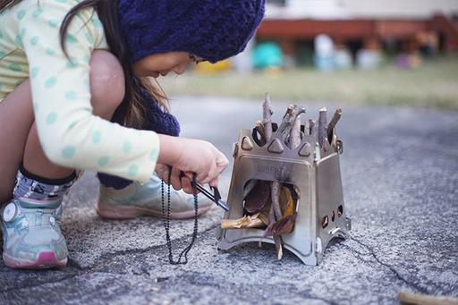 ファイヤースターターを使った着火は子どもでも楽しめる