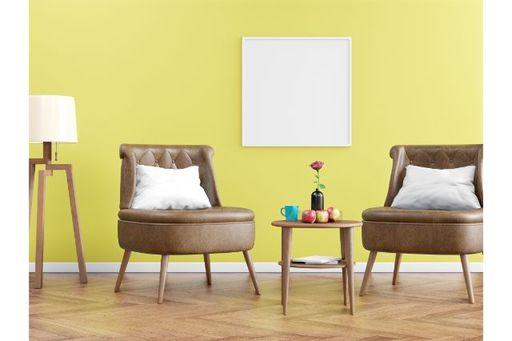 モダンな革ソファはホテル風コーデの鉄板アイテム