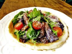 冬の乾燥対策の1つに。タンパク質が豊富なサラダ野菜とづけマグロのピザ【身体が変わる!10分レシピ#13】