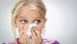 のどの奥の違和感が続くのはなぜ? 鼻水が流れ込む「後鼻漏(こうびろう)」とは