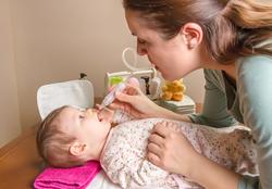 赤ちゃんの鼻水、吸った方がいい? 医師が教える上手な吸い方