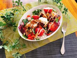 疲労回復にも!焼きトマトとカレー味チキンのパワーサラダ【7月の野菜:トマト】