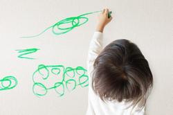 壁や床についてしまった子供の落書きやシールの跡を消す方法、隠す方法をご紹介!