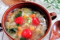 寒い日に食べたい!根菜たっぷり美肌&デトックス野菜スープの簡単レシピ