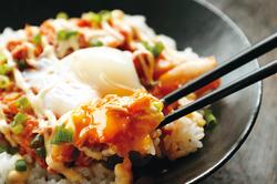 【コンビニ飯レシピ】のせるだけで即完成! らくちんツナキム温玉丼/からあげ丼