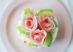 【コンビニ飯レシピ】子どもと食べたい! ひな祭りがはなやぐ簡単ちらし寿司ケーキ