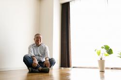 高齢者の一人暮らしは狙われやすい! おすすめの防犯対策