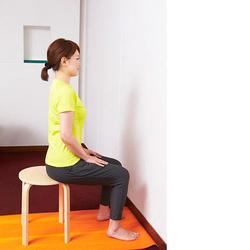 椅子ヨガ/背中を伸ばす犬のポーズ