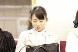 電車での居眠り時に首を痛めない眠り方を専門医が解説