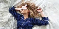 眠りの前に実践!翌朝スッキリ目覚めるための夜ヨガ3選