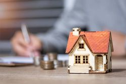 住宅ローン控除期間3年延長、会社員が注意すべき手続きも
