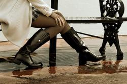 職場にブーツを履いていくのはマナー違反?