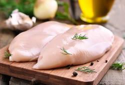 【ダイエット食材】鶏むね肉をパサつかずに調理する方法とは?