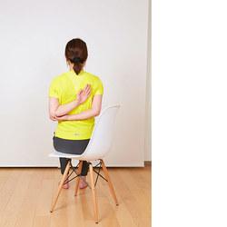 椅子ヨガ/二の腕を引き締めるポーズ