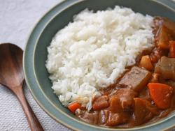 【コンビニ飯レシピ】3分で具だくさん!豚汁+カレールウで和風カレーのできあがり