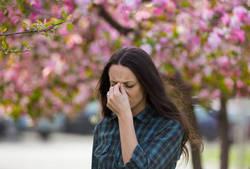 頭痛、肩こり…季節の変わり目に起こる謎の不調、その原因とは?