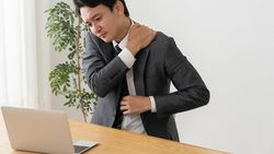 長時間PC作業に効く「背中を丸めるストレッチ」 │リモートワークで体の不調を訴える声も続出