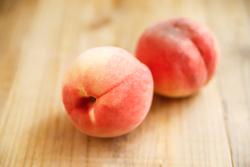 今年は桃を「焼いて」食べる!夢心地のおいしさ、とろ甘「ベイクドピーチ」のレシピ