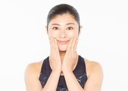 美顔トレ/頬のリフトアップポーズ