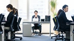 テレワーク中の指導がついパワハラになる理由 会社への不平不満が生まれる職場のカラクリ