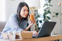 【管理栄養士が解説】つい食べ過ぎてしまうのは「ながら食べ」が原因だった?