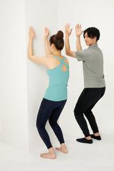 人気トレーナーが教える「背中を丸めるだけ」のストレッチとは?