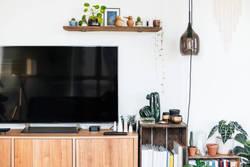 テレビ裏の配線を100均アイテムですっきりさせよう!コード収納のポイントもご紹介